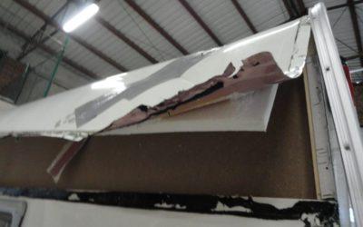 Promáčklá střecha u karavanu Eifelland